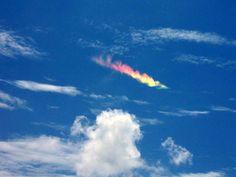 """Arco Circunhorizontal: también conocido como """"arco iris de fuego"""", estos rayones de colores se crean cuando la luz es reflejada a través de los diminutos cristales de hielo presentes en las nubes cirros. El fenómeno es especialmente raro, ya que tanto los cristales de hielo como el sol deben estar orientados en alineación exactamente horizontal para crear el efecto."""