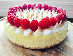 lemon meringue cheesecake with raspberries - min side Lemon Meringue Cheesecake, Dessert Recipes, Desserts, Raspberry, Food And Drink, Sweet, Decoration, Tips, Sweet Recipes
