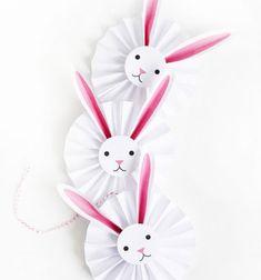 Szeretnél a gyerekekkel egy igazán aranyos, könnyen (és fillérekből) elkészíthető húsvéti nyuszis dekorációt készíteni? Ha a válaszod igen, akkor ezeket a jópofa kör alakú papír, legyező hajtással készült nyuszis díszeket nektek találták ki! Ezen a remek kreatív ...