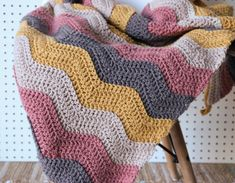 Crochet Ripple Blanket Free Pattern and Video Tutorial Learn how to make this crochet ripple blanket with a free crochet blanket pattern and video by Melanie Ham. This crochet blanket is great for beginners! Crochet Afghans, Crochet Ripple Blanket, Afghan Crochet Patterns, Baby Afghans, Modern Crochet Patterns, Crochet Motif, Chevron Crochet Blanket Pattern, Modern Crochet Blanket, Chevron Baby Blankets