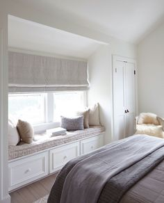 déco chambre cocooning - coin détente aménagé aménagé avec une banquette sous fenêtre et déco en coussins dans des tons neutres