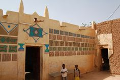 Photo by Roland Vernacular Architecture, Architecture Art, African Hut, Earth Homes, West Africa, World Heritage Sites, Traditional House, Old Houses, Exterior