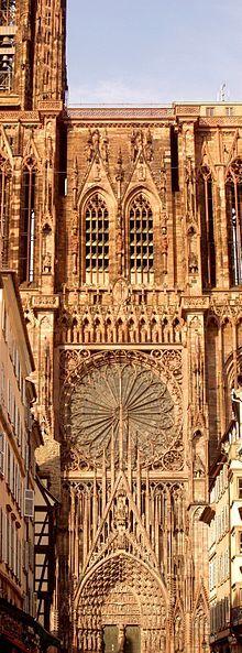 Catedral de Nuestra Señora de Estrasburgo. Es una catedral católica romana en Estrasburgo, Alsacia, Francia. Son considerables sus partes de la arquitectura románica, con ejemplos de partes de finales de la arquitectura gótica.  Fue construida entre 1647 y 1874. Hoy es todavía la sexta iglesia más alta del mundo y la más alta estructura en pie , construida enteramente en la Edad Media.