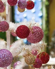 Tutorial for a glitter ball garland.