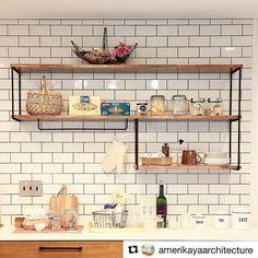 #antryPS からご紹介。キッチンの収納としてマルチシェルフブラケットをお使いいただいています。黒い目地とブラケットのアイアンが、サブウェイタイルをよりハッキリと引き立て素敵です◎お気に入りのキッチン道具を飾りたくなりますね! ・ @amerikayaarchitecture さま、素敵な写真をありがとうございます。 ・ マルチシェルフブラケットの詳細はウェブストアをご覧ください #shelf_ps ・ ・ 《 #antryPS でブラスキーホルダー差し上げます 》 ・ \ 参加条件 / 《... Concrete Kitchen, Kitchen Tile, Open Kitchen, Home Decor Kitchen, Kitchen Design, Kitchen Cabinets, Industrial Design Furniture, Kitchen Rack, Wood Steel