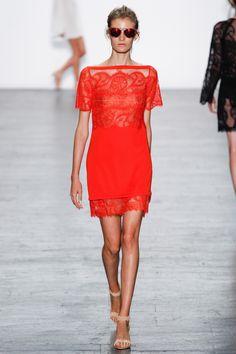 Boat neck shirt sleeve lace red dress runway tapis rouge  Très Chic offre une collection minutieusement choisi de robes designer et accessoires d'importation et de designer réputés. Avec plus de 20 années d'expérience, nos stylistes sont prêts à vous aider à trouver la robe de vos rêves pour toutes occasions.