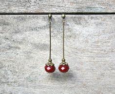 Boucles d'oreilles fantaisie perles à facettes rouges, style minimaliste - Boucles d'oreilles perles de verre - Bijou de créateur : Boucles d'oreille par joaty