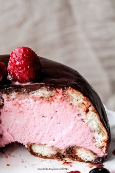 Zuccotto: Sponge cake, white chocolate combined with raspberries and cream and thick, shiny chocolate glaze. Italian Desserts, Just Desserts, Dessert Recipes, Eat Dessert First, Pastel, Sweet Recipes, Baking Recipes, Sweet Tooth, Sweet Treats