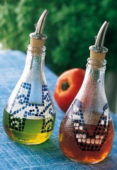 Bouteilles de soda en verre transformées en huilier et vinaigrier grâce à un bouchon verseur et de la peinture