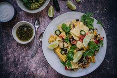 Kukkakaalinachot - nachopelti kaikilla herkuilla - Satokausikalenteri Chipotle, Guacamole, Cobb Salad, Chili, Food, Chile, Essen, Meals, Chilis