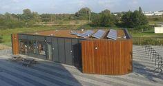 Groendak met Zonnepanelen op het Educatiecentrum van KindCentrum De Vlindertuin in 's-Hertogenbosch foto: gemeente 's-Hertogenbosch.