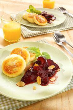 Süße Grießpuffer in Pflaumensoße: http://www.ichliebebacken.de/rezeptebox/desserts/suesse-griesspuffer-in-pflaumensosse