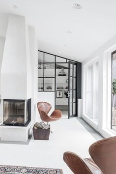 white interior with black details, colorful carpet and tanned leather Swan chair Windows! Best Interior, Interior And Exterior, Interior Windows, Swan Chair, Deco Design, Home And Deco, Scandinavian Interior, Interior Design Inspiration, Design Ideas