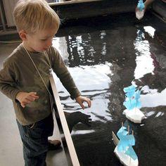 De Ontdekhoek is een grote werkplaats voor kinderen van 4-14 jaar waar je zelf proefjes mag doen. Ontdekken hoe je met zware keien snelstromend water kan tegenhouden, van een aardappel chips kan maken, foto's in een donkere kamer kan ontwikkelen, snelle zeilbootjes kan maken, of heerlijk ruikende zeepjes...