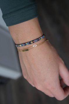 Pulsera tejido hecho a mano. Todas las pulseras se hacen con granos de Miyuki, éstos se hacen desde el más pequeño tamaño granos MT. 15. Granos del Miyuki son de alta calidad y la pulsera se acaba con un broche plateado oro. Este anuncio es para 1 pulsera como se ve en la foto 1 y 2. Crochet Bracelet Pattern, Loom Bracelet Patterns, Loom Bracelets, Seed Bead Bracelets, Bead Embroidery Jewelry, Beaded Jewelry Patterns, Handmade Bracelets, Handmade Jewelry, Embroidery Neck Designs