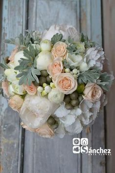 Bouquet clásico de peonia, hortensia. fresias, bouvardia, brunia, senecio y rosa mini salmon