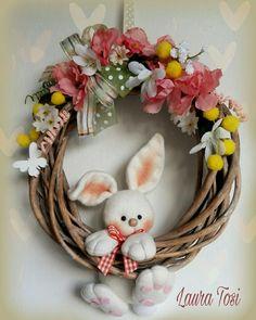 Ghirlandina con un tenero coniglietto by Laura Tosi www.facebook.com/fattoconamorelaura #cucitocreativo #coniglietto #sweet #wreath #fuoriporta #pasqua #lovehandmade #fattoconamoredalaura