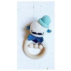 En lille rangle til en lille fyr.... Inspireret af dygtige @ Wendelboe.shop.... #hækle #hæklet #hækleri #hækling #hækletid #hæklerier #hækletrangle #hækletlegetøj #crochet #crochettoy #crochetalong #creajunkie #cotton #diy #handmade #håndlavet #nevernotcrochet #amigurumi