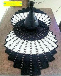 Crochet Niffler - How to crochet a Half Granny Square shawl Folgen . Crochet Niffler - How to crochet a Half Granny Square shawl Folgen Sie Crochet Pincushion, Crochet Dollies, Crochet Granny, Crochet Motif, Crochet Flowers, Knit Crochet, Crochet Circles, Crochet Squares, Granny Squares