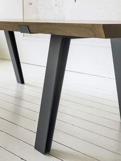 Side-to-Side - Eetkamertafels - Met onze bijzondere Side-to-Side tafel brengt u design én functionaliteit in uw interieur. Het tafelblad van deze robuuste en toch verfijnde tafel is gemaakt van massief Frans eikenhout en bestaat uit twee delen. Dit maakt het ontwerp spannender en functioneler. Bij het ontwerp van het stalen