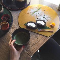 Le thé à la japonaise c'est un art de vivre ! Repost @holic_jj  롤케익 셋팅도 이쁘다 . . #쩡_교토 #아라시야마