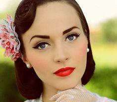 A klasszikus vintage smink íves tusvonalat, hosszú szempillákat és piros rúzst jelent - egyszerűen hibátlan.