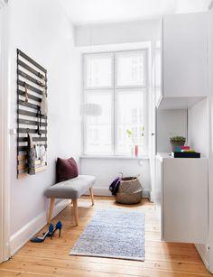 Lys og funksjonell gang etter oppgraderingen Ikea Pax, Foyer Design, Cool Ideas, Entryway Bench, Interior Styling, Entrance, Shabby Chic, Kids Rugs, Bed