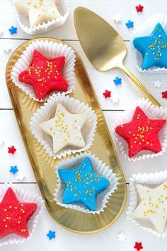 Easy Patriotic Petit Fours Recipe Canned Frosting, Vanilla Frosting, Blond Amsterdam, Healthy Cake Recipes, Dessert Recipes, Butter Pound Cake, Paper Cupcake, Cupcake Cakes, Cupcakes