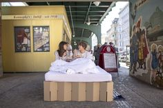 mobiles Pappbett vor der besten Currywurst Bude Berlins, cardboard bed in front of the best place for Currywurst in Berlin http://de.roominabox.de/collections/all/products/das-pappbett-2-0