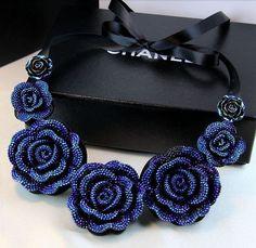 Rosas con cristales azules