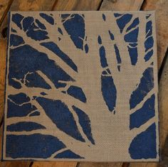 DIY Burlap Canvas Painting, love this! I can see doing this and turning it into a bag.Or a pillow with fabric paint. Getting inspired here! Burlap Projects, Burlap Crafts, Art Projects, Burlap Canvas Art, Canvas Crafts, Diy Wall Art, Diy Art, Diy Party Crafts, Decor Crafts
