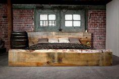 Ein unglaublich schönes Bett vor der Backsteinmauer