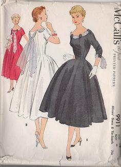 McCall 9911 copyright robe & Tie-écharpes 1954 pour jeune femme. (Enveloppe originale ne répertorie pas description supplémentaire).  Robe monté sur