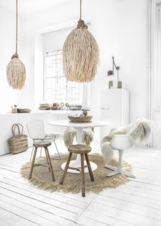 Be inspired by our stylish rattan pendant lamp that creates atmosphere with its irresistible boho look. It gives a cozy light to your living room, bedroom or in a covered outside area. 1930s House Interior, Home Interior, Interior Design Living Room, Interior And Exterior, Deco Bobo Chic, Deco Boheme Chic, Rattan, Scandinavian Interior, My New Room
