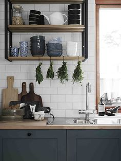 Jolie cuisine rustique chic dans une grande maison scandinave simple mais cozy sur - www. Scandinavian Kitchen, Scandinavian Interior Design, Home Interior, Interior Design Kitchen, Scandinavian Style, Scandinavian Shelves, Country Interior, Nordic Kitchen, Scandi Chic