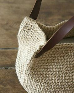 Love the leather handles - give it a real classic look. Crochet bag - attachment of the leather straps creates a gusset on the side of the bag, InterInteresting way to attach handlesThis Pin was discovered by Ελέ T-shirt yarn. Crochet Shell Stitch, Crochet Tote, Crochet Handbags, Crochet Purses, Tote Purse, Clutch Bag, Sac Granny Square, Diy Sac, Purse Handles