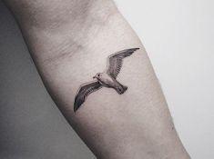17 Möwen Tattoos und die Bedeutungen 17 seagull tattoos and their meanings, small bird on the upper arm, tattoos by motif y arte corporal Hawaii Tattoos, Ocean Tattoos, Tatoos, Finger Tattoo For Women, Finger Tattoos, Kleiner Adler Tattoo, Seagull Tattoo, Small Eagle Tattoo, Vogel Tattoo