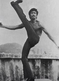 Lee on hong kong rooftop Bruce Lee Martial Arts, Kung Fu Martial Arts, Martial Arts Movies, Enter The Dragon, Hollywood Celebrities, Bruce Lee Master, Bruce Lee Quotes, Idol, Martial Artist