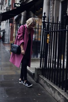 Trench + #LittleBlackJean: Blogger Into The Fold styles the J BRAND 620 Super Skinny in Lacquered Black Quartz to perfection.
