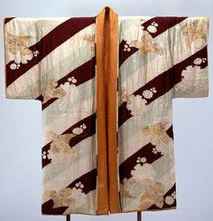 Dofuku (short overcoat).  Design of gingko leaves and snow crystals on diagonal stripe ground. Azuchi-Momoyama, Edo period, 17th century - Tokyo National Museum