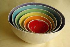 Schüsselsatz aus 6 verschieden grossen Schüsseln in den Farben des Regenbogen. Über 1200°C im Elektro-Ofen gebrannt, jede Schale differiert leicht ...