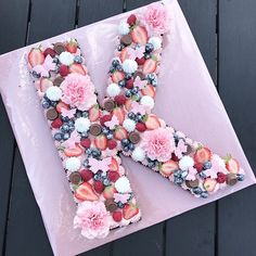 BOGSTAVKAGE – CHOKOLADEBROWNIE MED HINDBÆRMOUSSE   homebyw Cake Recipes, Dessert Recipes, Desserts, Fester, Cake Lettering, Gorgeous Cakes, Food Cakes, Vintage Bridal, Recipies