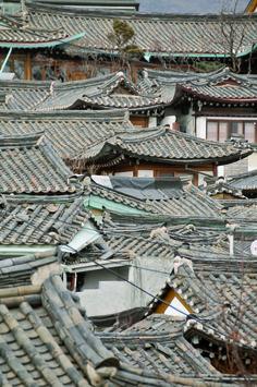 Traditional roof in Bukchon, Seoul South Korea Seoul, North Korea, Travel Around The World, Around The Worlds, Asian Architecture, Korean Art, Korean Traditional, Tokyo, Southeast Asia