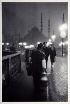 İstanbul'un Hafızası: Ara Güler.1957 Eski Galata Köprüsünde, sabah ışıklarında bir salepçi