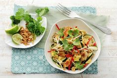 Kijk wat een lekker recept ik heb gevonden op Allerhande! Pad thai met courgettenoedels, kip en pinda's