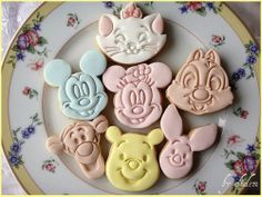 Shared by Amanda Munhoz. Find images and videos about food, disney and candy on We Heart It - the app to get lost in what you love. Disney Food, Walt Disney, Disney Desserts, Disney Ideas, Disney Magic, Foundant, Disney Cookies, Kawaii Cookies, Something Sweet