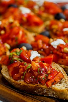 Bruschetta Recipes - One of the most well-known antipasto (starter dishes) in Italian food is bruschetta.The original br -Simple Bruschetta Recipes - One of the most well-known antipasto (starter dishes) in Italian food is bruschetta.The original br - Italian Bruschetta Recipe, Italian Appetizers, Appetizer Recipes, Tapas Recipes, Italian Starters, Starter Dishes, Starter Food, Bruschetta Toppings, Easy Starters