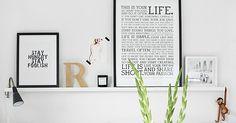 Ribba wandlijst voor foto's en schilderijen. 1m15 of 50 cm. 9,95 euro (1m15) bij Ikea. Kun je regelmatig wisselen