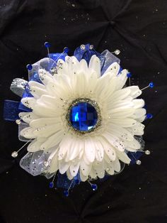 Determining Who Wears Flowers At Wedding For The Best Planning – Bridezilla Flowers Homecoming Flowers, Homecoming Corsage, Prom Flowers, Wedding Flowers, Flower Corsage, Wrist Corsage, Prom Corsage And Boutonniere, Boutonnieres, Bride Bouquets