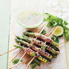 Grilled Asparagus with Sesame Dressing #Starter #Recipe #Asparagus #SouthAfrica Finger Food Appetizers, Finger Foods, Grilled Asparagus, Yummy Food, Delicious Recipes, Easy Recipes, Banting, Side Dishes, Grilling